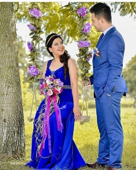 noiva com vestido azul bic