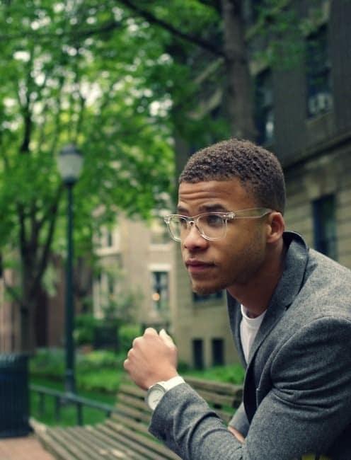 homem com óculos de grau