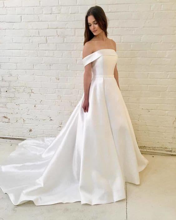 vestido minimalista com mangas caídas