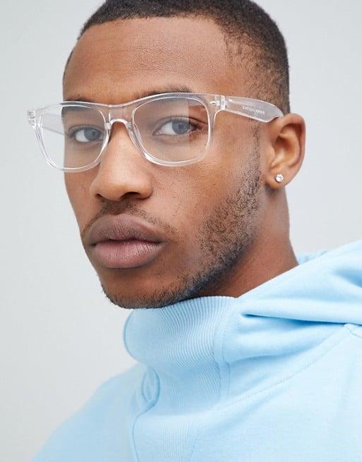 homem com óculos quadrado de grau