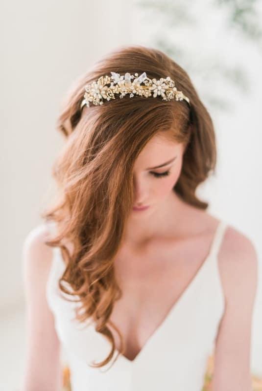 penteado de noiva solto com acessório