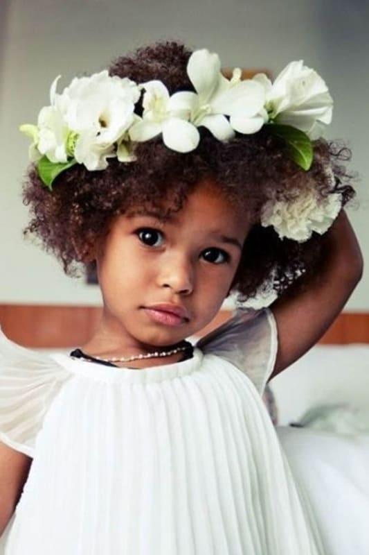 daminha de cabelo crespo com coroa de flores