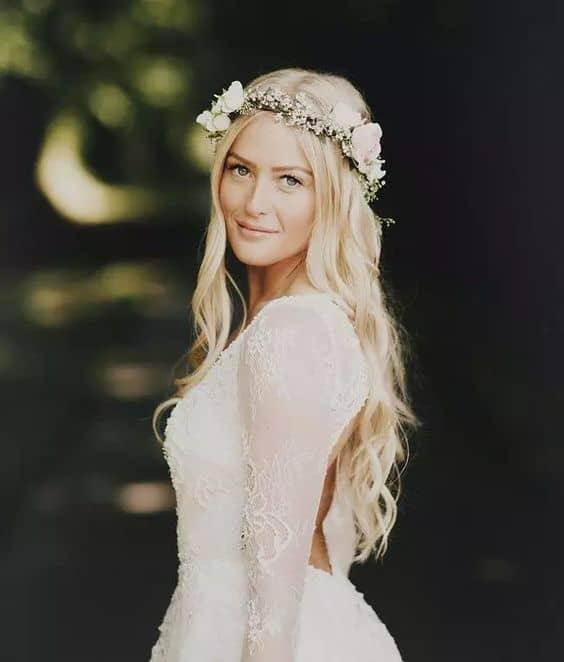 noiva com cabelo solto e coroa de flores