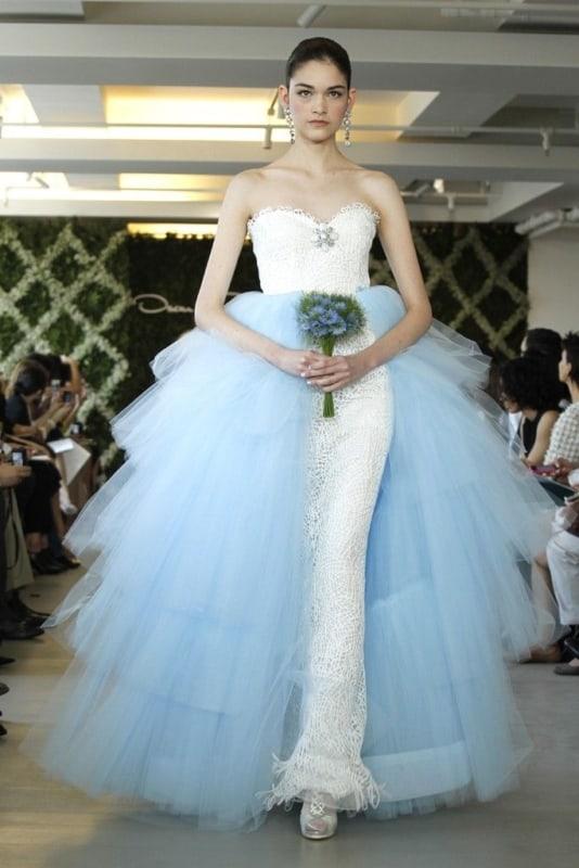 noiva com vestido moderno azul e branco