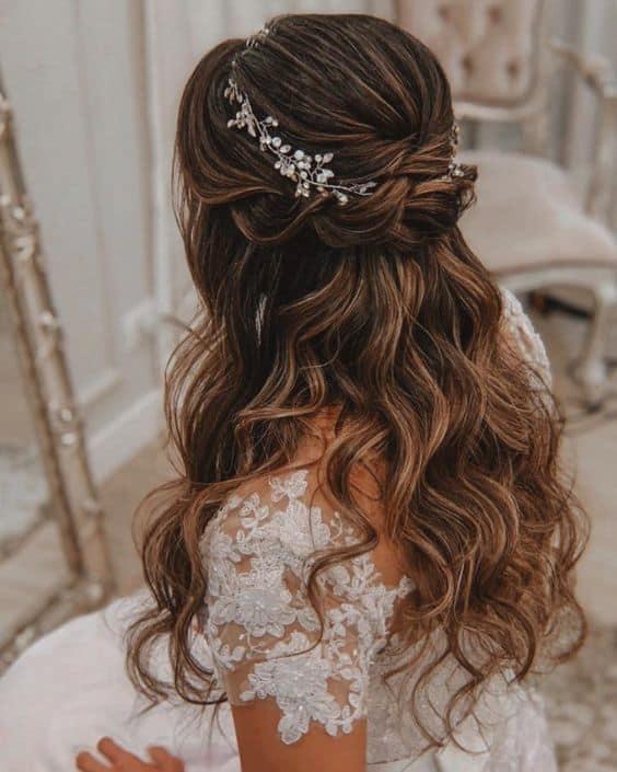 penteado semi preso com acesssório para noiva