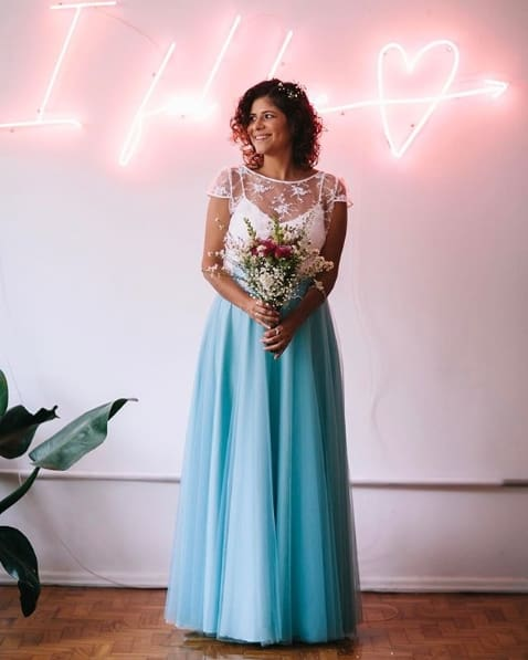 vestido de noiva simples azul e branco