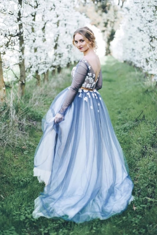 vestido de noiva branco com saia de tule azul