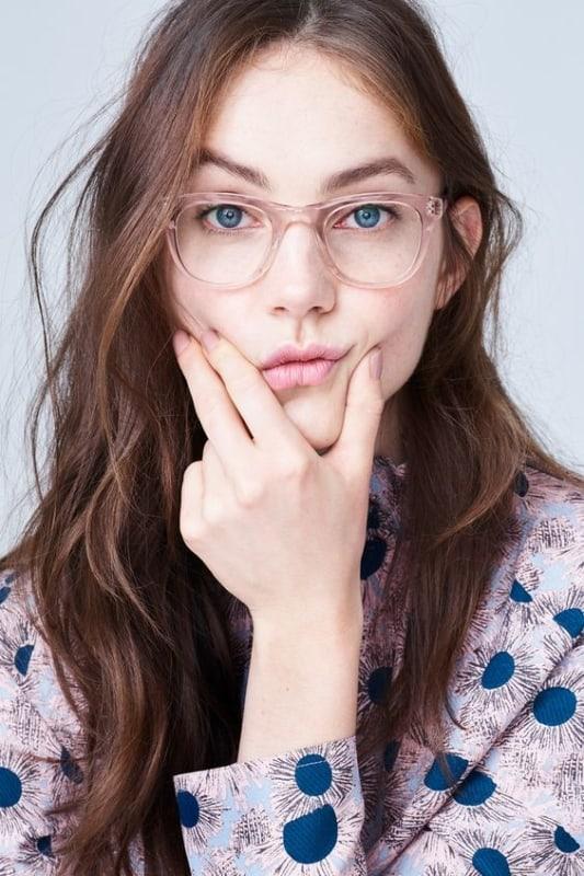 óculos com armação rosa transparente