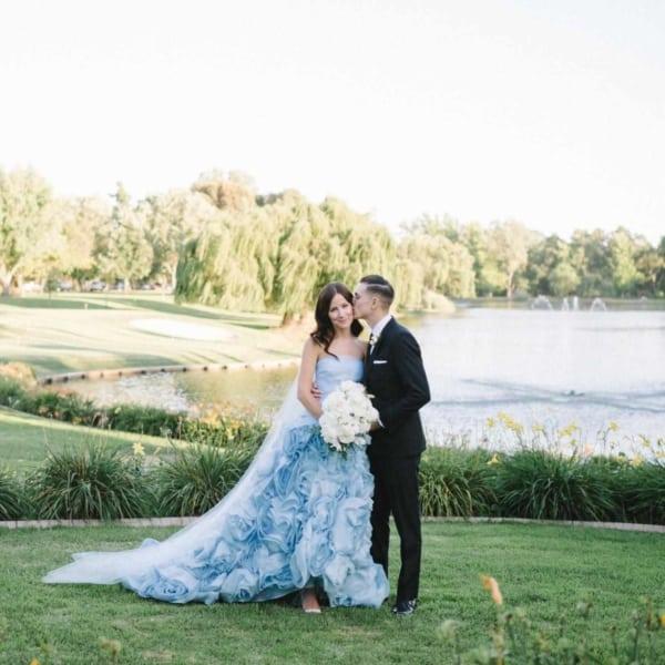 noiva com vestido azul e véu