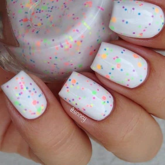 nail art simples e colorida para carnaval