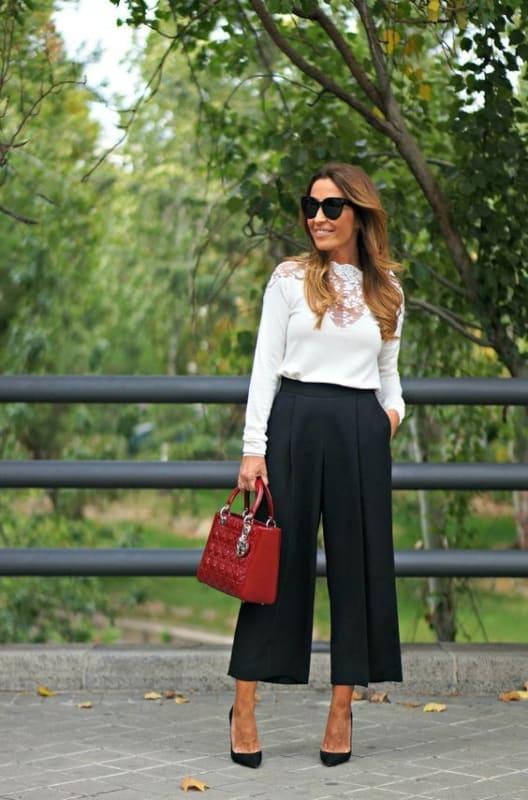 look pantalona curta preta com camisa branca