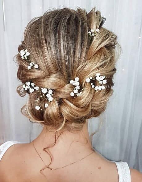 penteado preso com flores para noiva