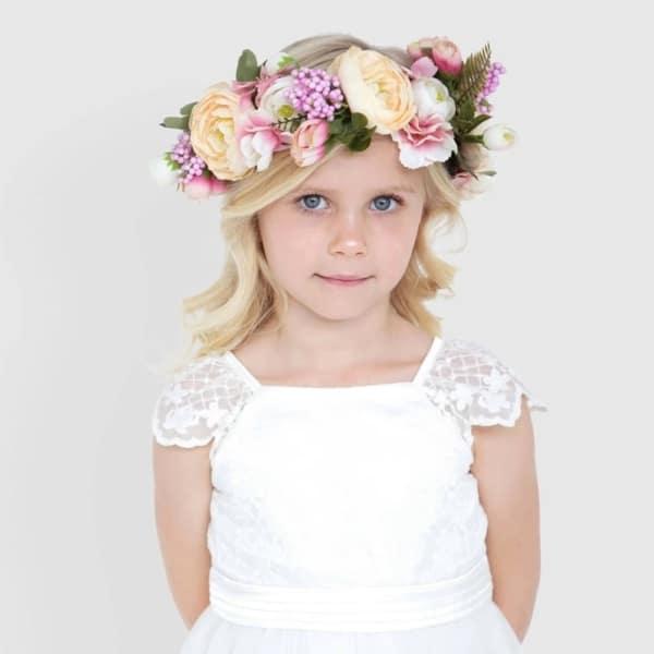 penteado para daminha com cachos e coroa de flores