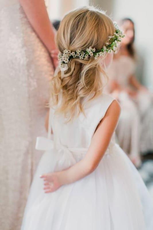 daminha com cabelo solto e coroa de flores