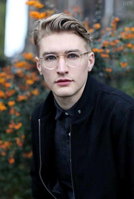 homem com óculos de grau redondo