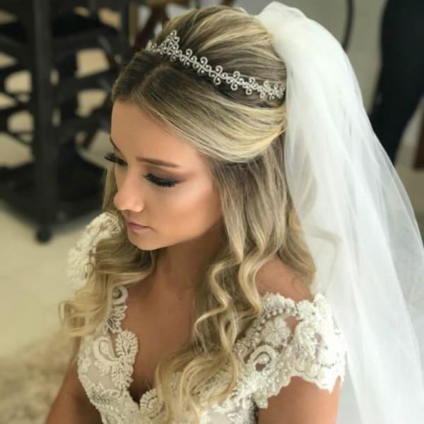 noiva com tiara e véu