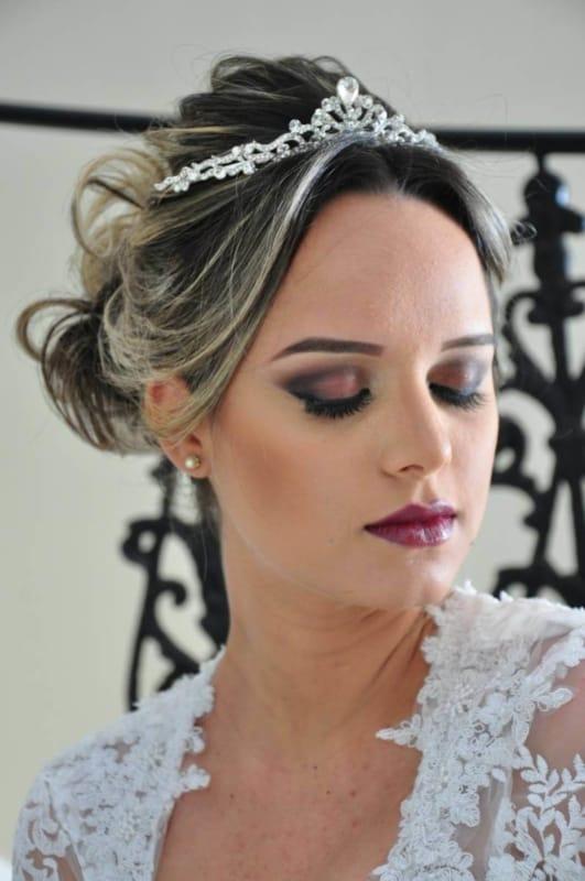 penteado de noiva preso com coroa