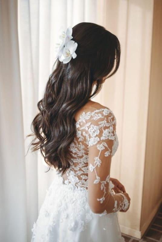 noiva com penteado simples e flores no cabelo