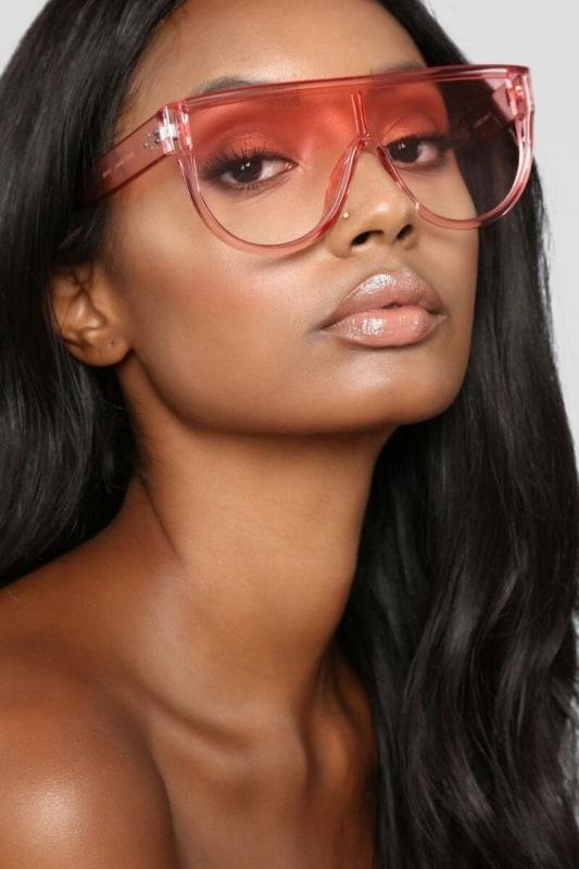 como usar óculos de sol colorido