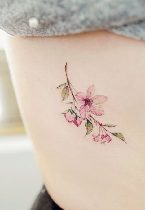 tatuagem delicada na costela