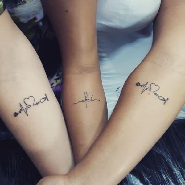 Amigas com tatuagem de enfermagem no antebraço