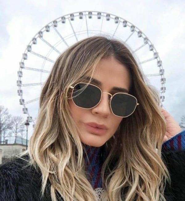 Blogueira Thássia Naves com óculos hexagonal