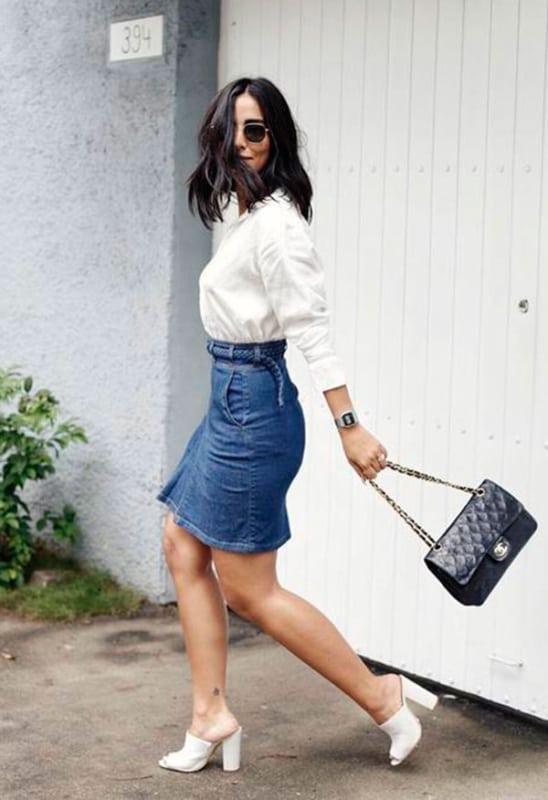 Camisa social e saia jeans com óculos hexagonal