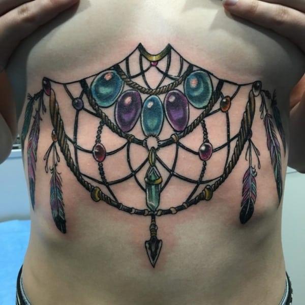 Filtro dos sonhos tatuado embaixo dos seios