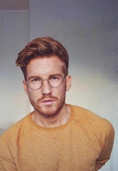 Homem com óculos hexagonal de grau