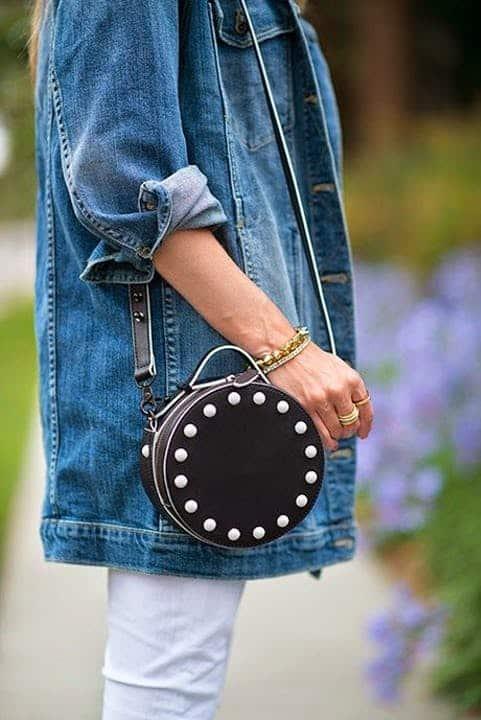 Jaqueta jeans e bolsa redonda de couro