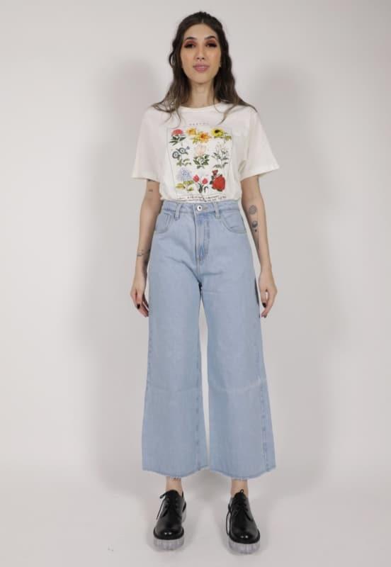 T-shirt estampada com pantacourt jeans