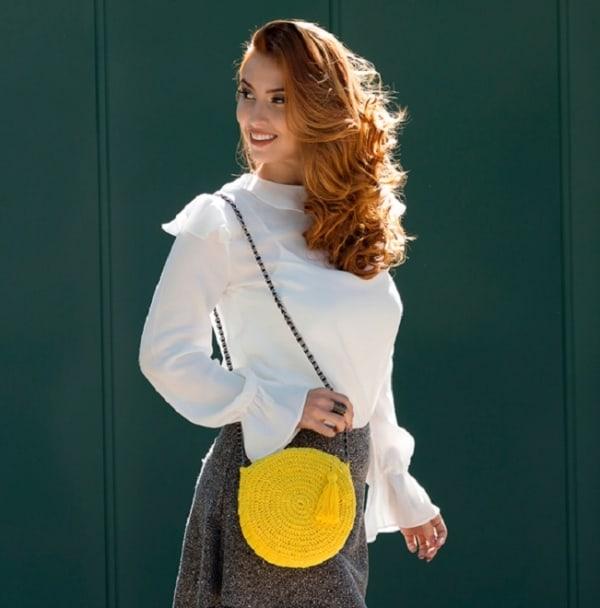 Look com bolsa de crochê amarela