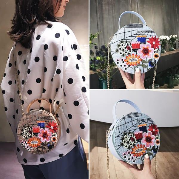 Look com bolsa floral redonda