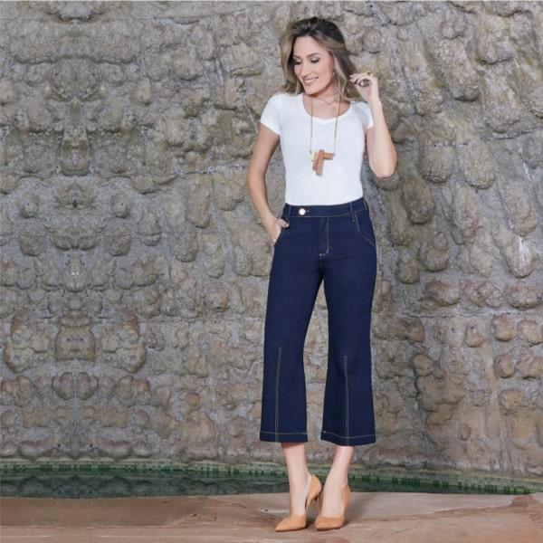 Calça pantacourt jeans escura com blusa básica branca