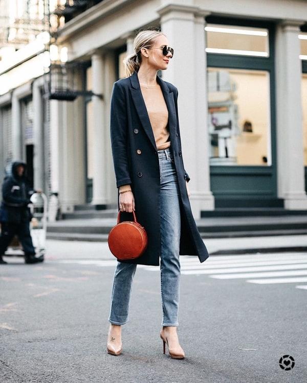 Look de trabalho com bolsa redonda de couro