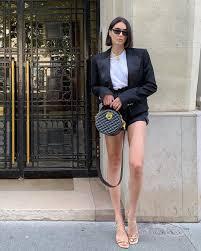 Look em alfaiataria com bolsa redonda de couro preta