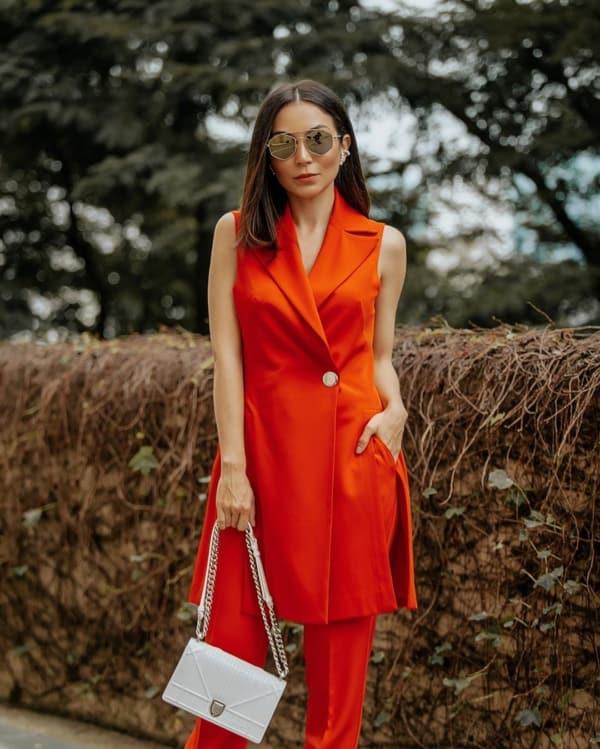 Look com cores vibrantes e o óculos despojado hexagonal
