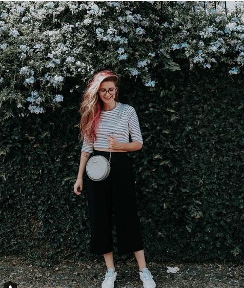 Look preto e branco com bolsa redonda de couro