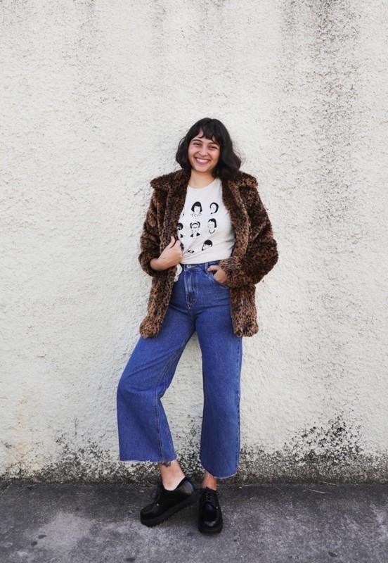 Look retrô com calça pantacourt jeans e tênis preto plataforma
