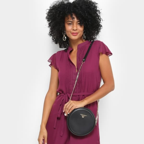 Look roxo com bolsa redonda em cor preta