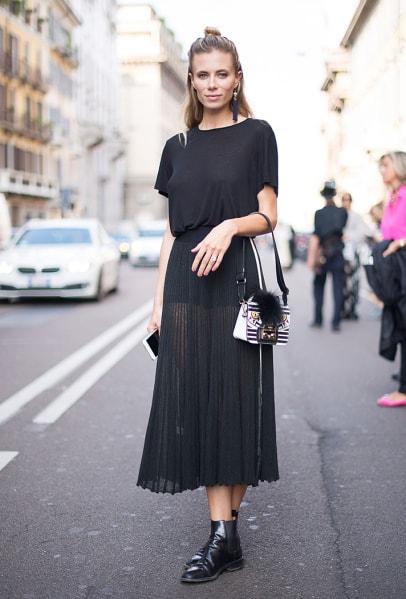 Look todo preto com bota chelsea feminina
