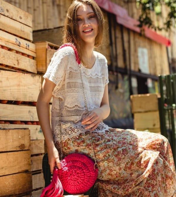 Look verão com bolsa vermelha de crochê
