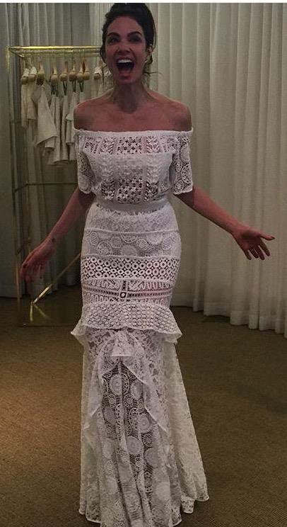 Luciana gimenez com vestido de renda ombro a ombro