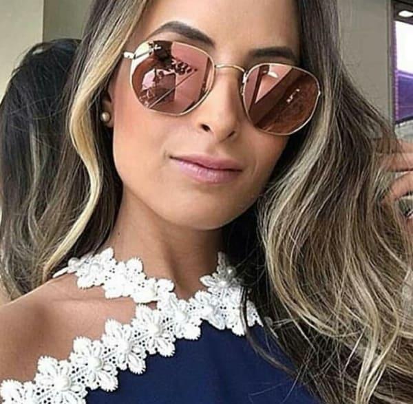 Modelo de óculos hexagonal espelhado com lente rosa