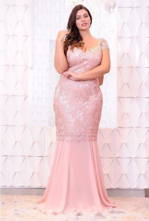 Noiva plus size com vestido sereia rosa