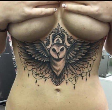 Tattoo de coruja embaixo dos seios