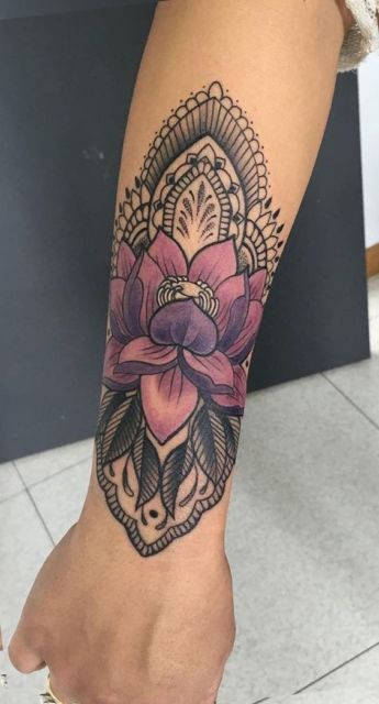 Tattoo de flor de lótus colorida