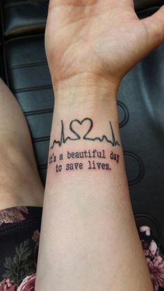 Tatuagem de enfermagem com frase em inglês