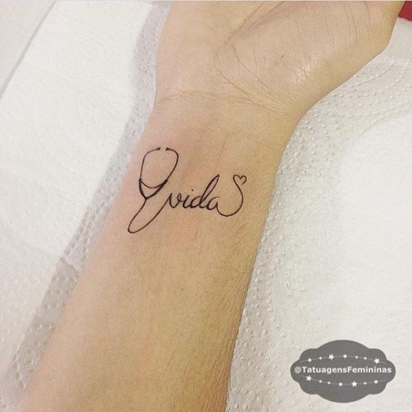 Tatuagem de enfermagem delicada com palavra vida