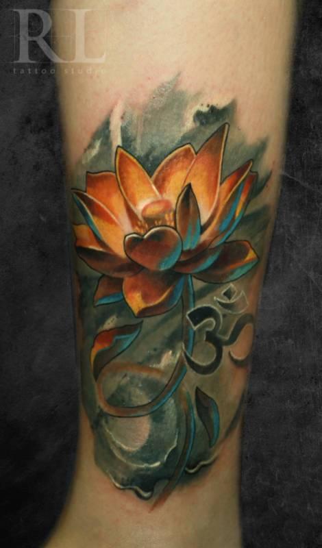 Tatuagem de flor colorida masculina